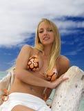 Frau in einem Bikini an einem tropischen Strand Stockfoto
