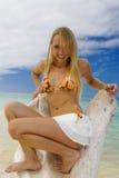 Frau in einem Bikini an einem tropischen Strand Lizenzfreie Stockbilder