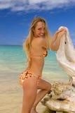 Frau in einem Bikini an einem tropischen Strand Lizenzfreies Stockfoto