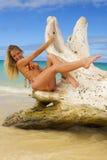 Frau in einem Bikini an einem tropischen Strand Stockbild