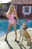 Frau in einem Bikini mit Hund Stockbilder