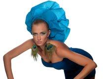 Frau in einem blauen Kleid stockfotografie