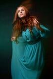 Frau in einem blauen Kleid stockbild