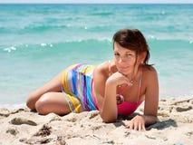 Frau in einem bunten dresst auf dem Strand Lizenzfreie Stockbilder