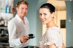 Frau in einem coffeeshop Stockbild