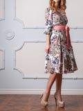 Frau in einem Designerkleid Stockfoto