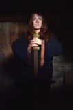 Frau in einem dunklen Kleid mit Klinge Lizenzfreie Stockfotos
