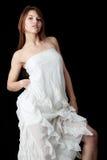 Frau in einem eleganten weißen Abendkleid lizenzfreies stockfoto
