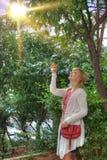Frau in einem Garten Stockfotos