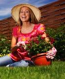 Frau in einem Garten Lizenzfreie Stockfotos