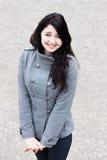 Frau in einem grauen Mantel Stockfotografie