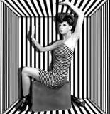 Frau in einem Kasten mit Streifen Stockfotografie