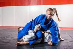 Frau in einem Kimono macht ein schmerzliches Lizenzfreies Stockbild
