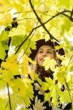 Frau in einem kopierten Mantel- und Weinrotblumenhut im Park, durch den Fluss Glückliches Mädchen, buntes Herbstwaldporträt von D Lizenzfreie Stockfotos