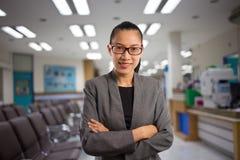 Frau in einem Krankenhauswarteraum Lizenzfreies Stockfoto