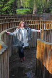 Frau in einem Labyrinth Stockbild