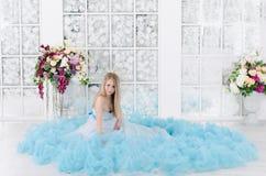 Frau in einem langen blauen Kleid stockfotos