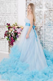 Frau in einem langen blauen Kleid lizenzfreies stockbild