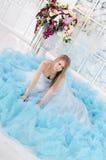 Frau in einem langen blauen Kleid Stockbilder