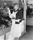 Frau in einem Markt, der Erdbeeren aufhebt (alle dargestellten Personen sind nicht längeres lebendes und kein Zustand existiert L Lizenzfreies Stockfoto
