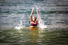 Frau in einem Meer lizenzfreie stockfotografie