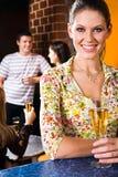 Frau in einem Nachtclub Lizenzfreie Stockfotos