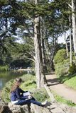 Frau in einem Park lizenzfreies stockfoto