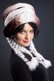 Frau in einem Pelz-Hut Stockbilder
