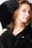 Frau in einem Pelzmantel stockfotos