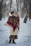Frau in einem Pelzmantel auf einem Weg im Park und im Genießen eines Wintertages lizenzfreies stockbild