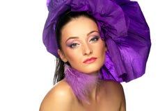 Frau in einem purpurroten Kleid Lizenzfreie Stockfotografie