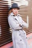 Frau in einem Regenmantel lizenzfreie stockfotografie