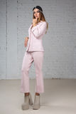 Frau in einem rosa Anzug, Gedanke Stockfotografie