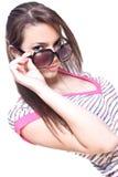 Frau in einem rosafarbenen Hemd mit den Gläsern Lizenzfreie Stockfotos