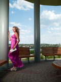 Frau in einem rosafarbenen Kleid Lizenzfreie Stockfotografie