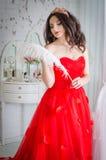 Frau in einem roten Kleid Stockbilder