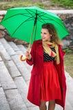Frau in einem roten Mantel lizenzfreies stockfoto