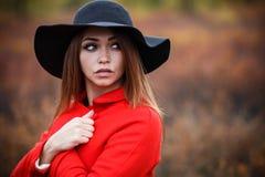 Frau in einem roten Mantel lizenzfreie stockfotos