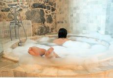Frau in einem runden bathtube Lizenzfreie Stockfotos