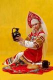 Frau in einem russischen Volkkleid lizenzfreie stockfotos