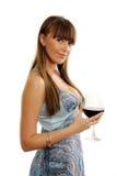 Frau in einem schönen Kleid, das ein Glas Wein isst Lizenzfreie Stockfotos