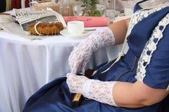 Frau in einem schönen Weinleseartkleid Lizenzfreies Stockbild