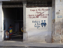 Frau an einem Schießen-Stand in Kuba Stockfotos