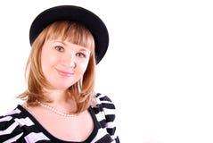 Frau in einem schwarzen Hut. Stockfoto