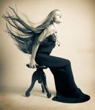 Frau in einem schwarzen Kleid lizenzfreie stockfotos