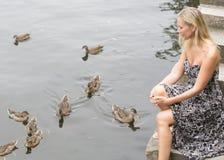 Frau an einem See mit Enten Stockbilder