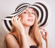 Frau in einem Sommerhut stockfotografie