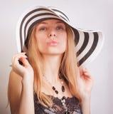 Frau in einem Sommerhut lizenzfreie stockfotos