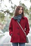 Frau in einem stilvollen roten Mantel Stockfoto