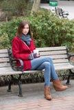 Frau in einem stilvollen roten Mantel Stockbild